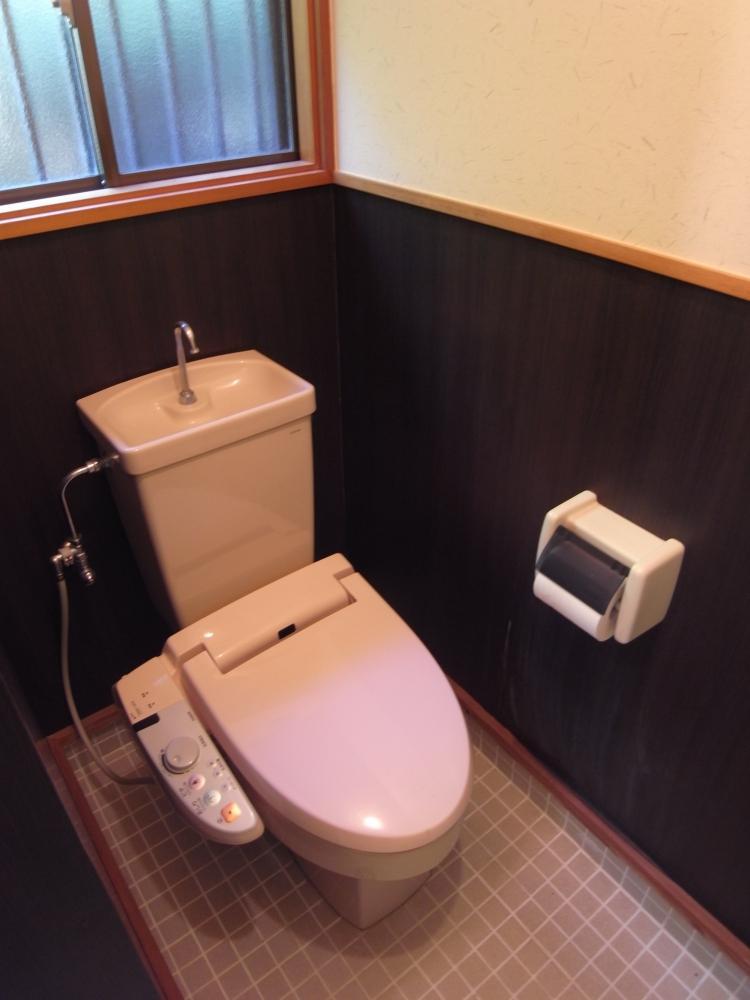 温水洗浄便座付きトイレ。これとは別に男性小用もあります。