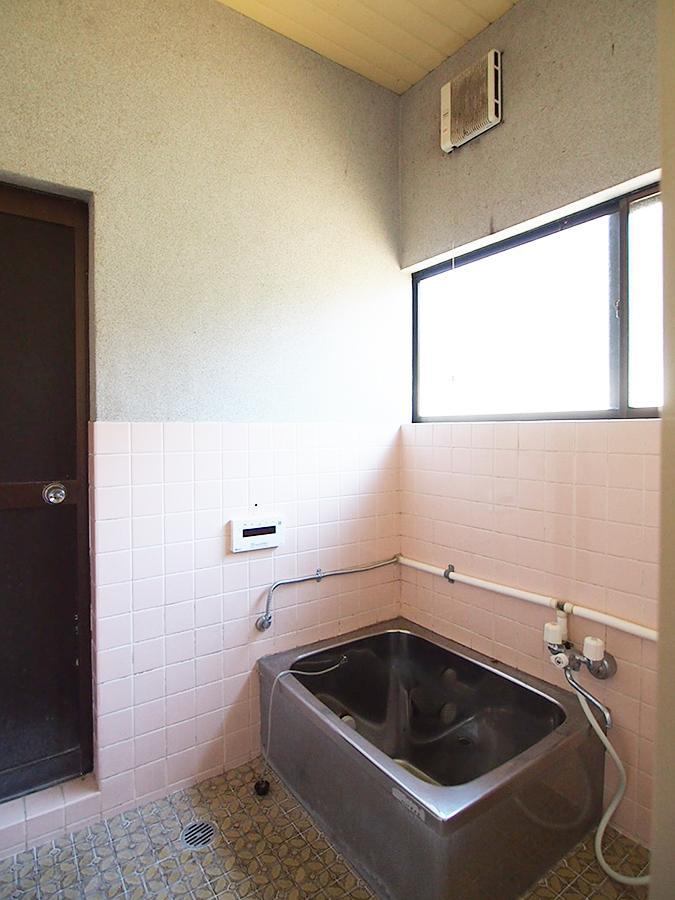 浴室。奥の扉からも、お庭へアクセスできます。