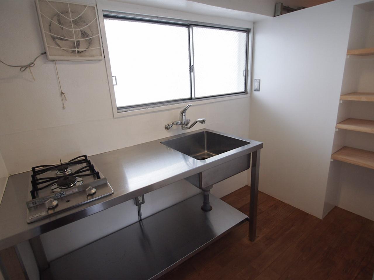 キッチンにも棚があります。
