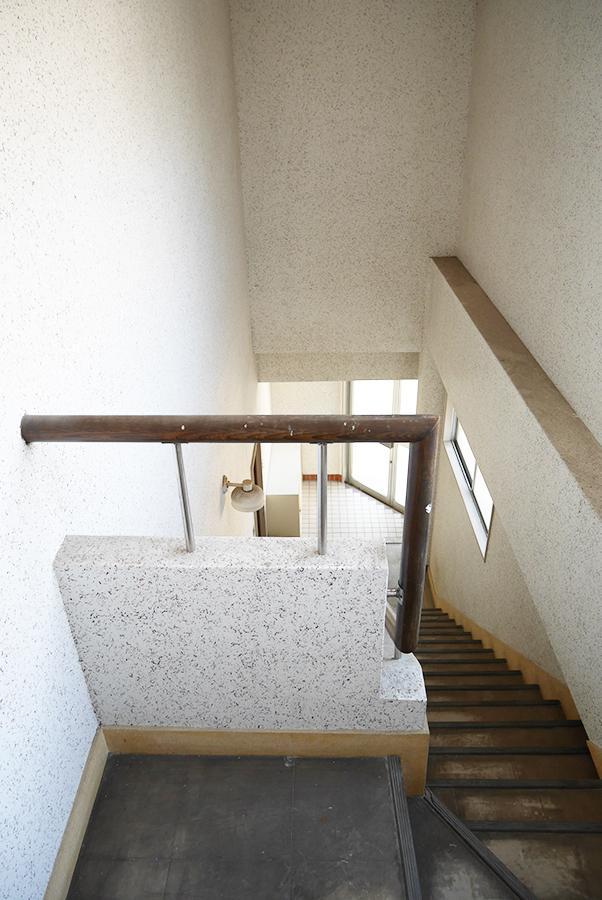 階段スペース。建物自体に重厚感を感じます。