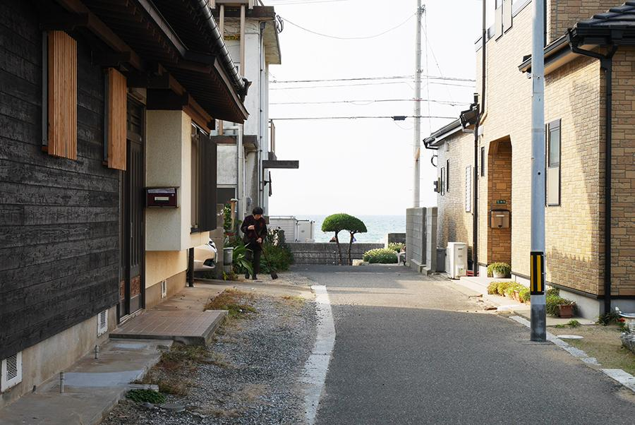 建物脇の路地。海まで徒歩30秒。