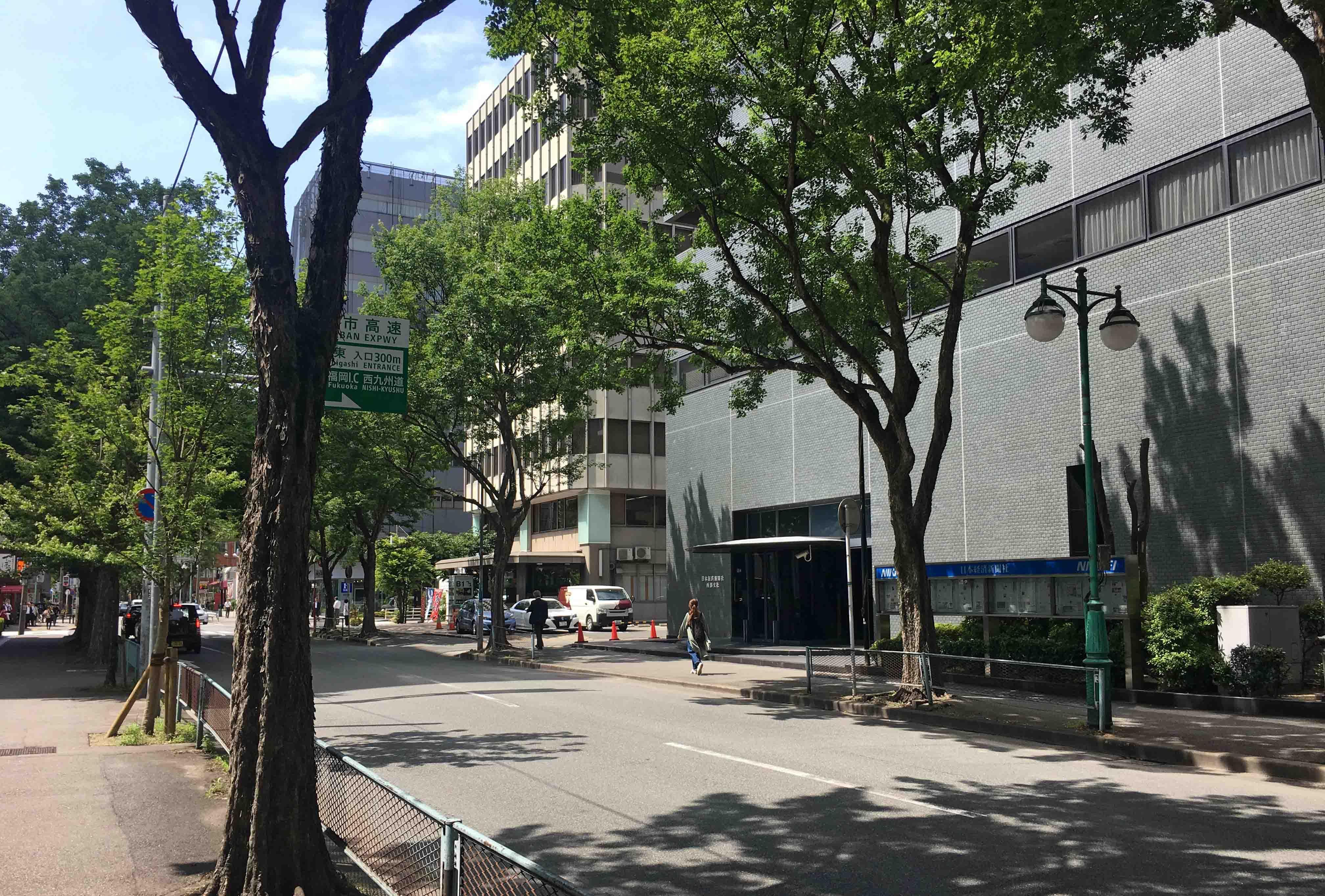 博多駅徒歩5分ながら街路樹モサモサで落ち着いた雰囲気の立地。