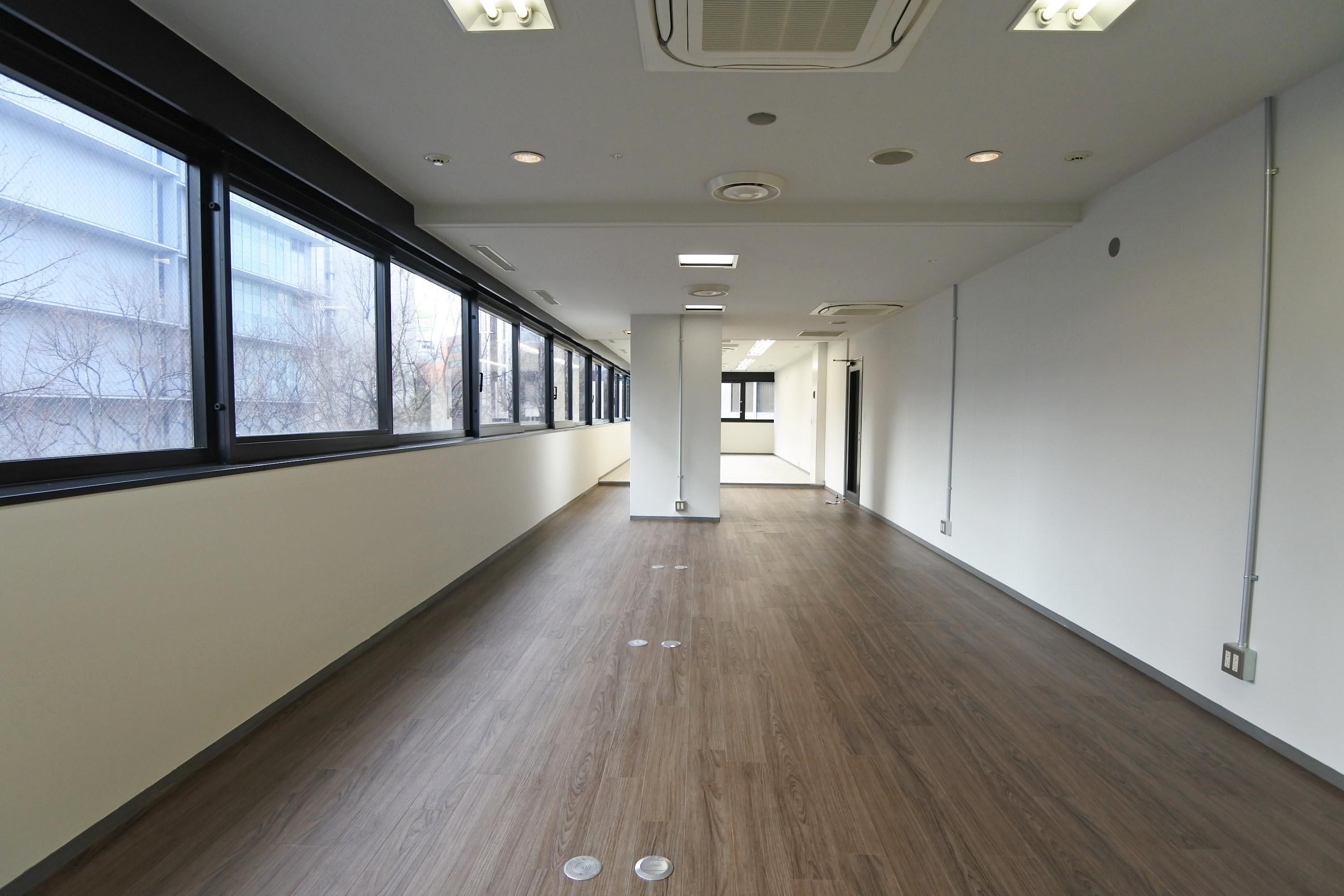 その2階区画。窓に包まれたロングホールオフィス。