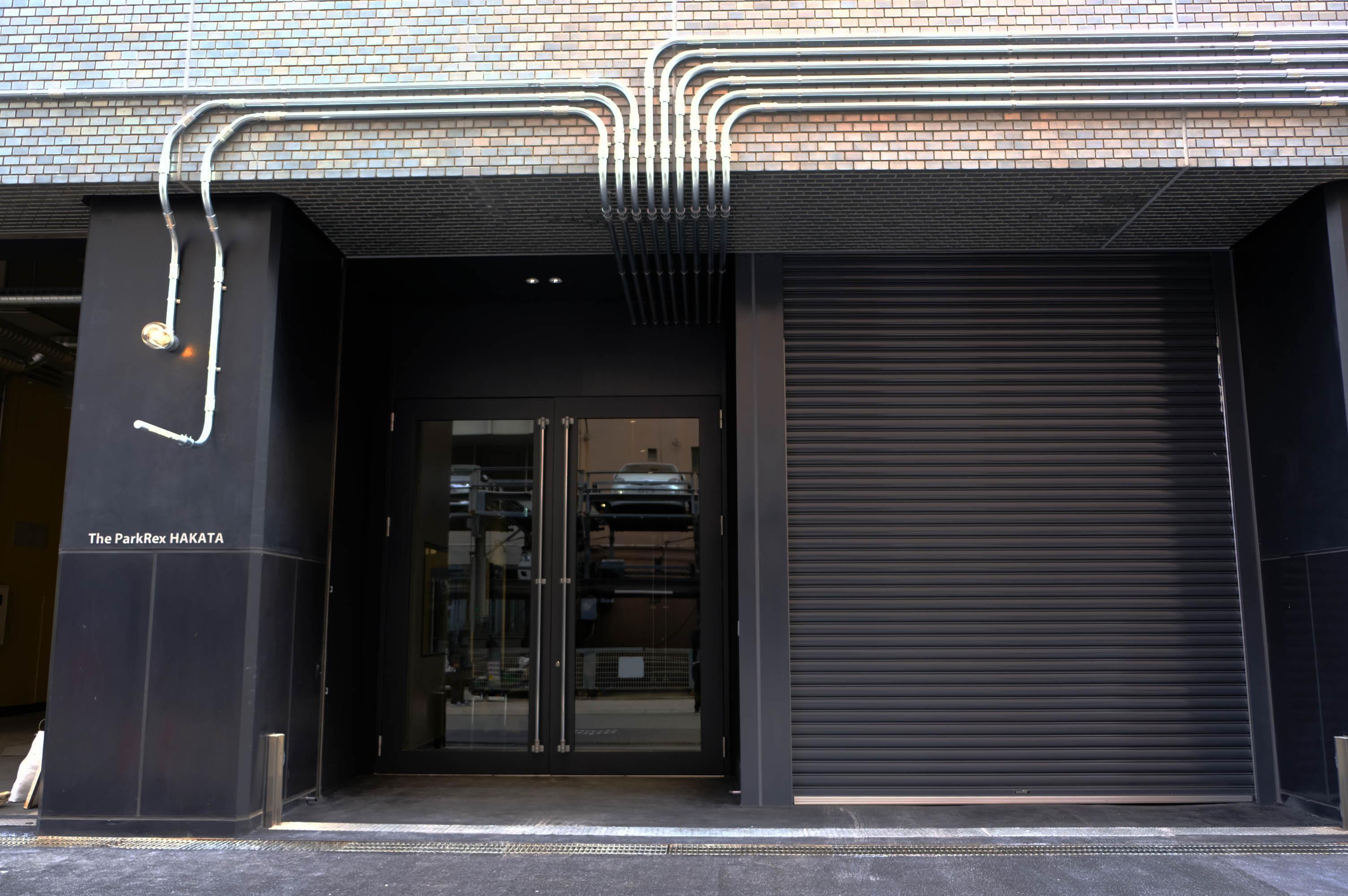 ビルの側面に新設された入口。ドアはなんと3mくらいあります。