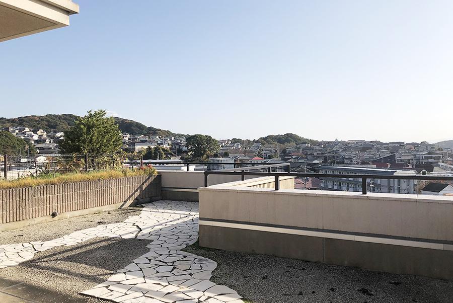 上階。抜けきった視界には、山と住宅地が広がります。