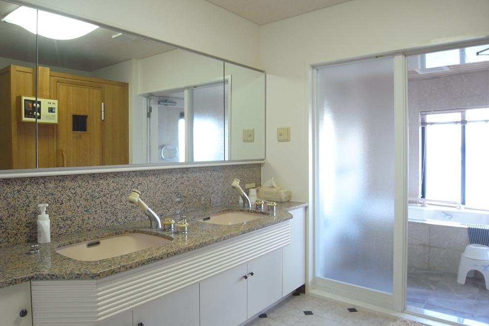 広い洗面室。数人並んでも余裕があります