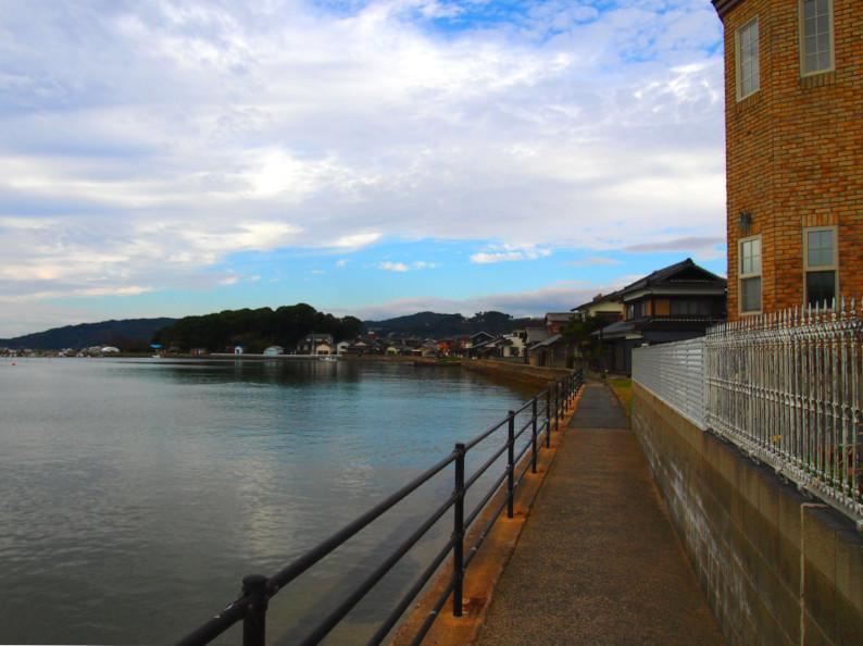 すぐ近くには海に面した遊歩道もあります。