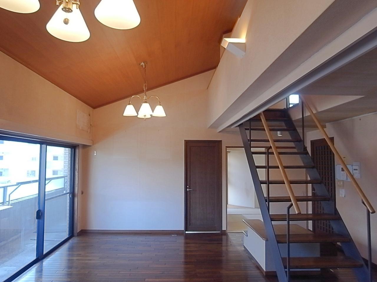 リビングの窓側は勾配天井で開放感ありです。