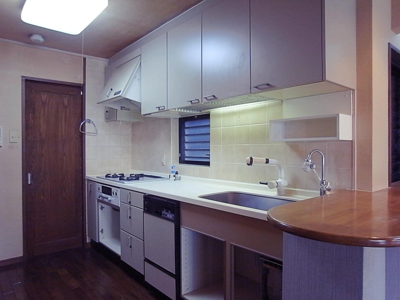 キッチンの奥はパントリー的に使えそうなスペースも。