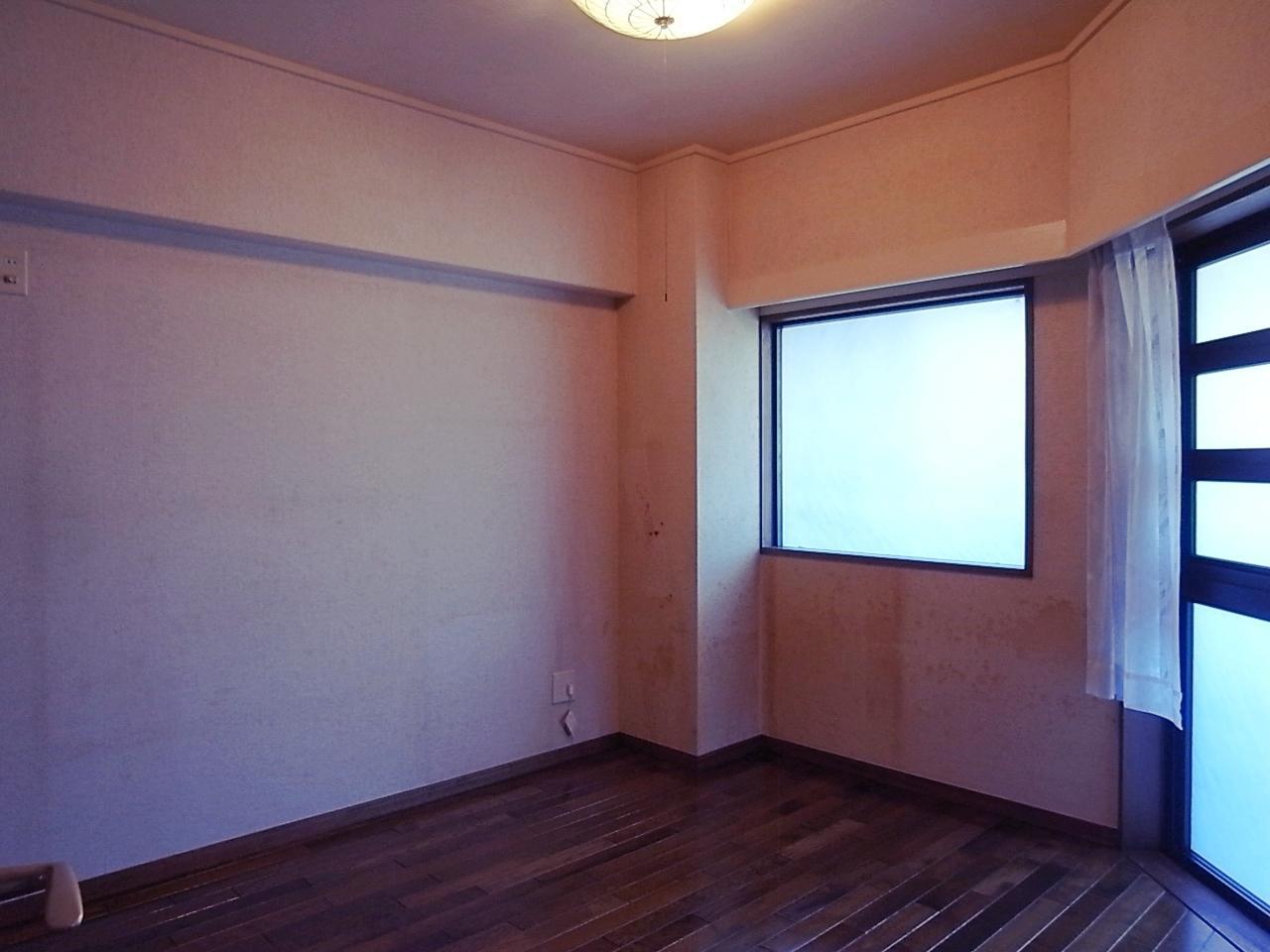 玄関側の洋室。開閉窓ではないので、衣装部屋か。
