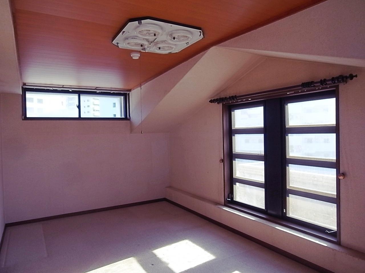 上階8.7帖の洋室。カメラ側に収納あります。
