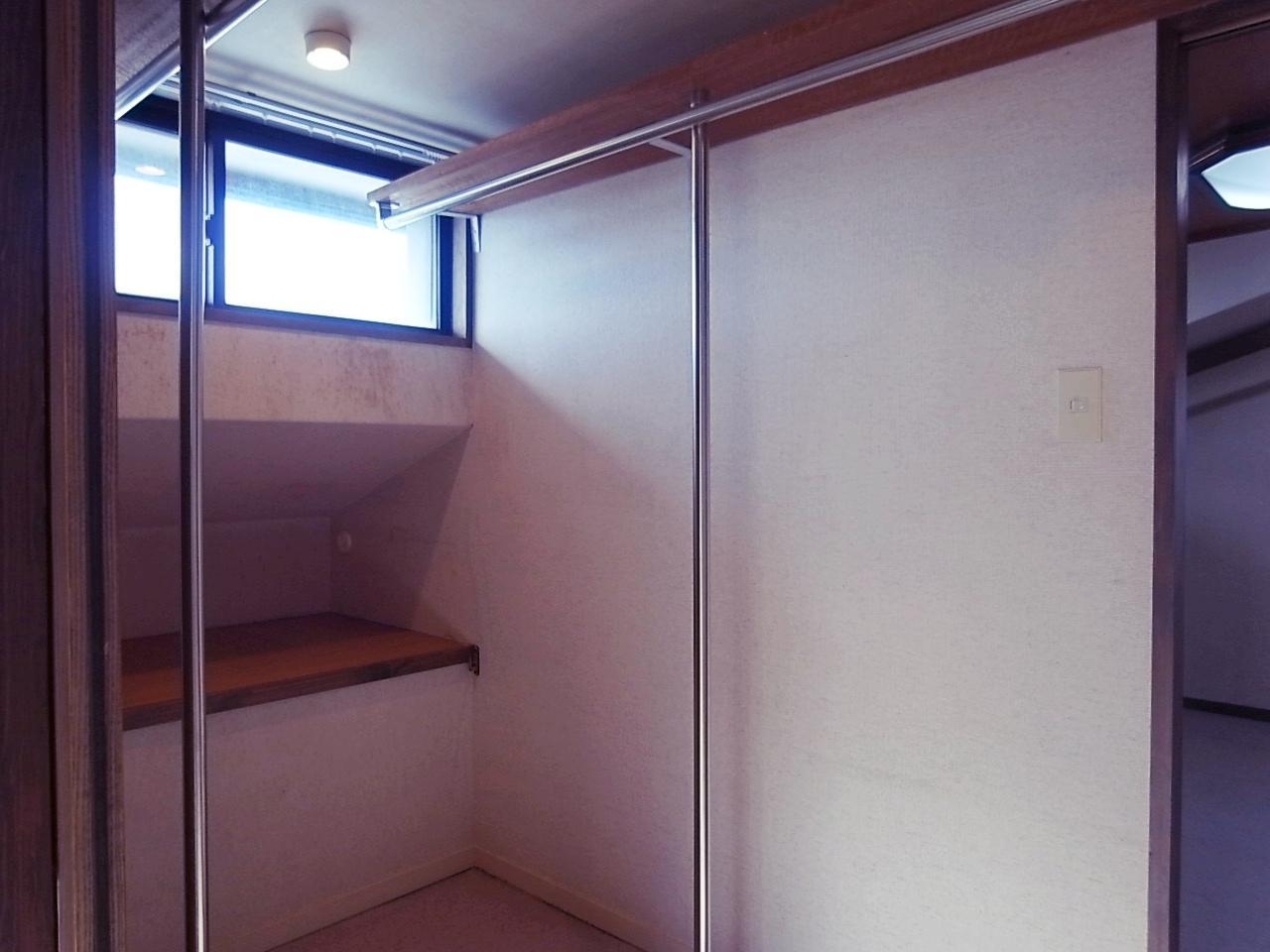 上階2部屋の間にあるクローゼット。