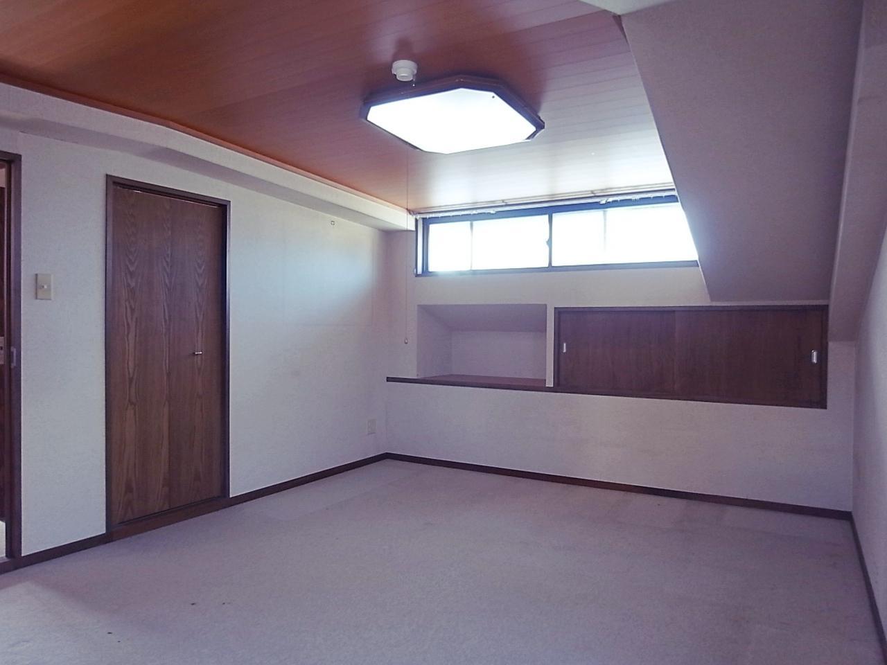上階9.5帖の洋室。