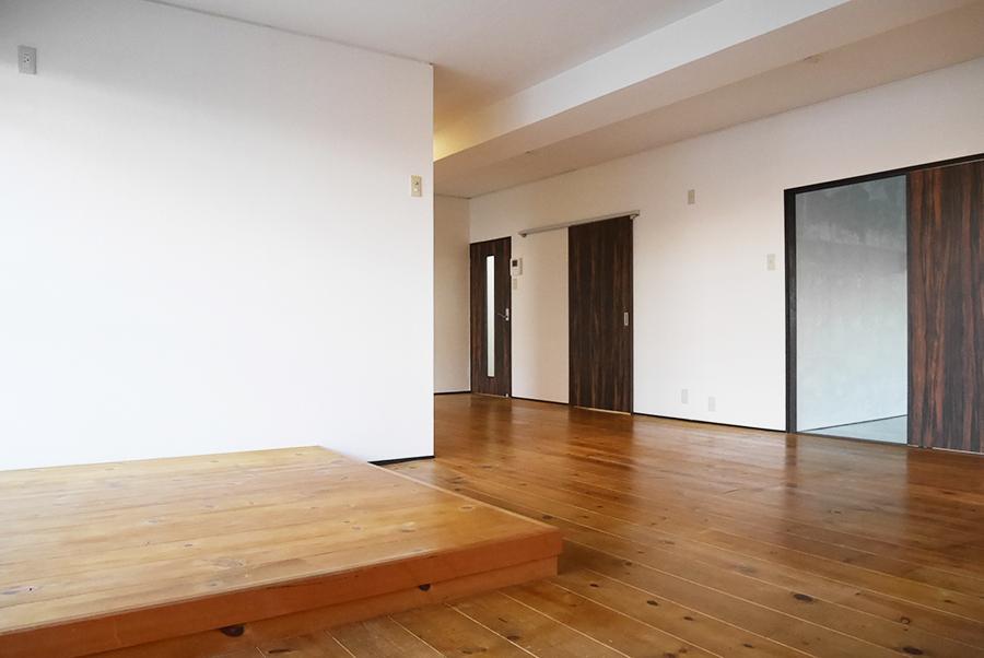 無垢床×白壁のシンプルなリビング。