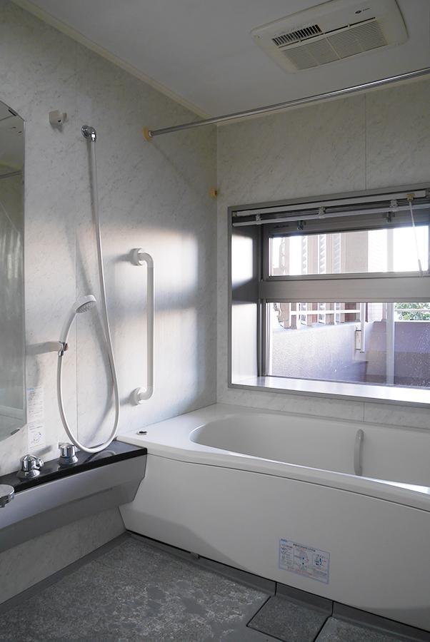 大きな窓が気持ち良い浴室。