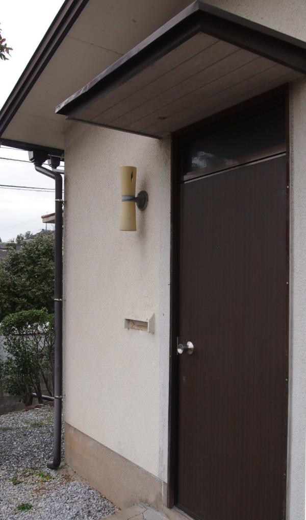 郵便ポストではなく、壁に直接投函!