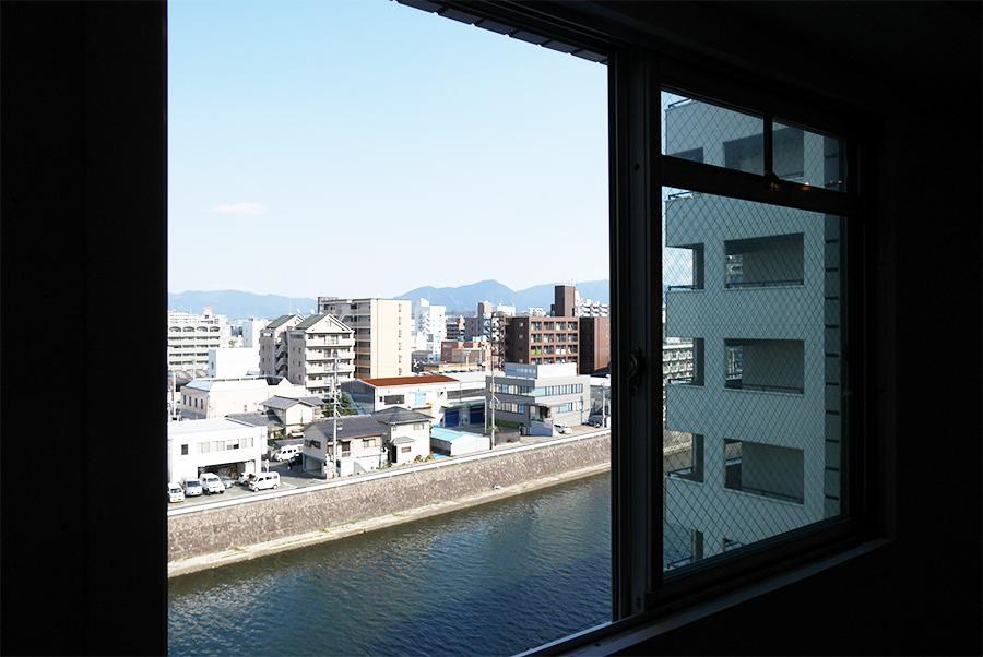 この窓辺に会議スペースとか良くないですか?