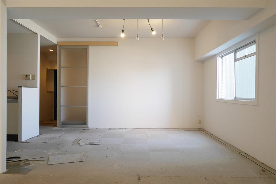 入り口側。左側がキッチン、正面の壁越しに浴室。