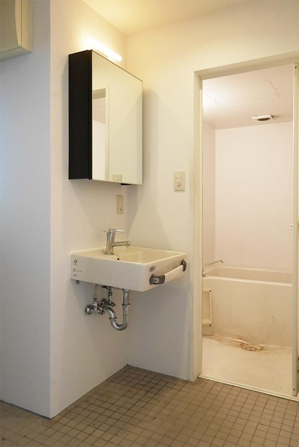 脱衣スペースと、奥が浴室。