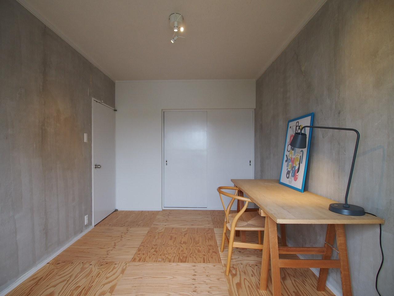 ラワンの床×コンクリート壁の落ち着いた空間