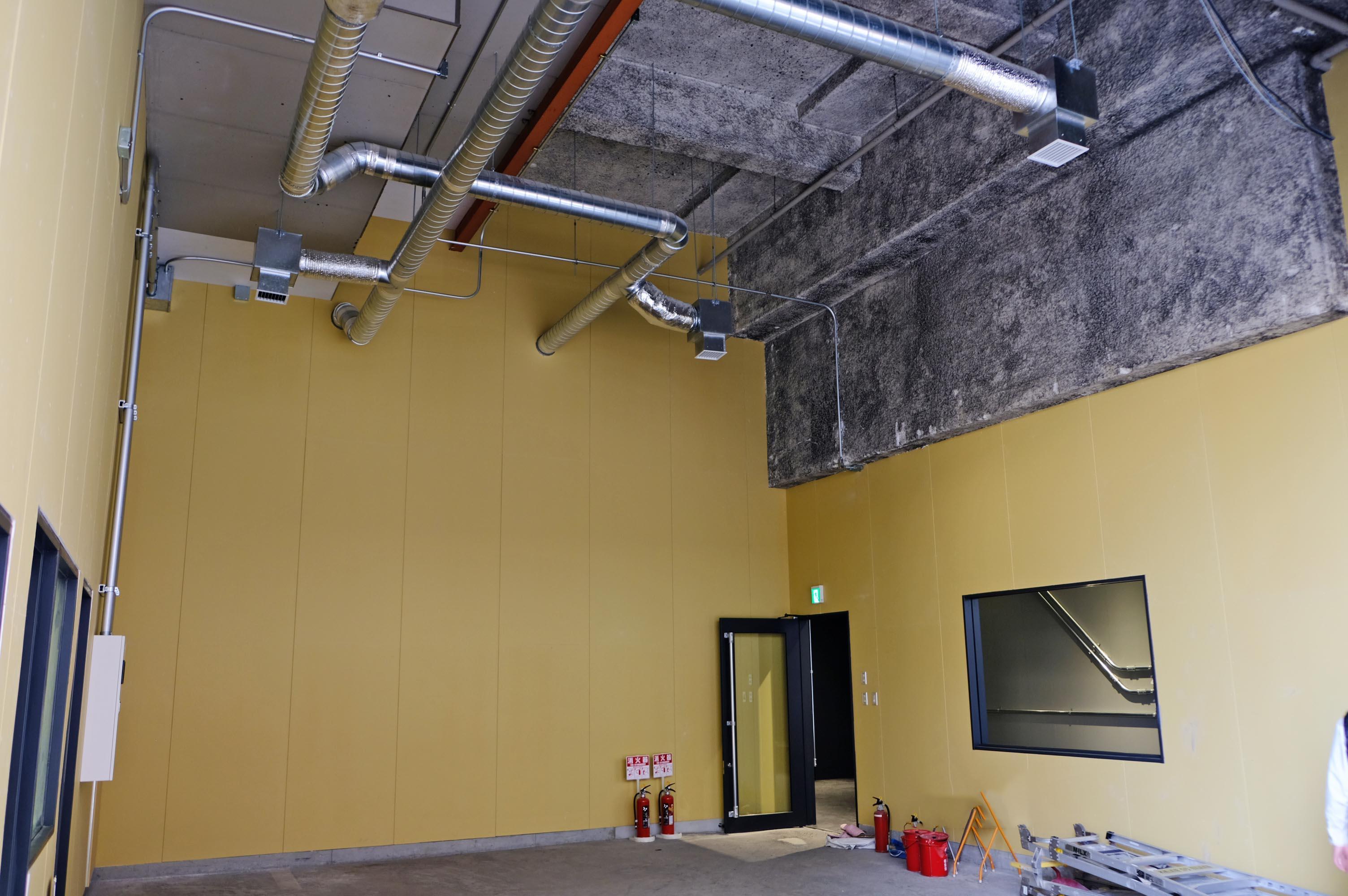その顔となる空間に与えられたのは4〜5m級の天井高を誇る箱。
