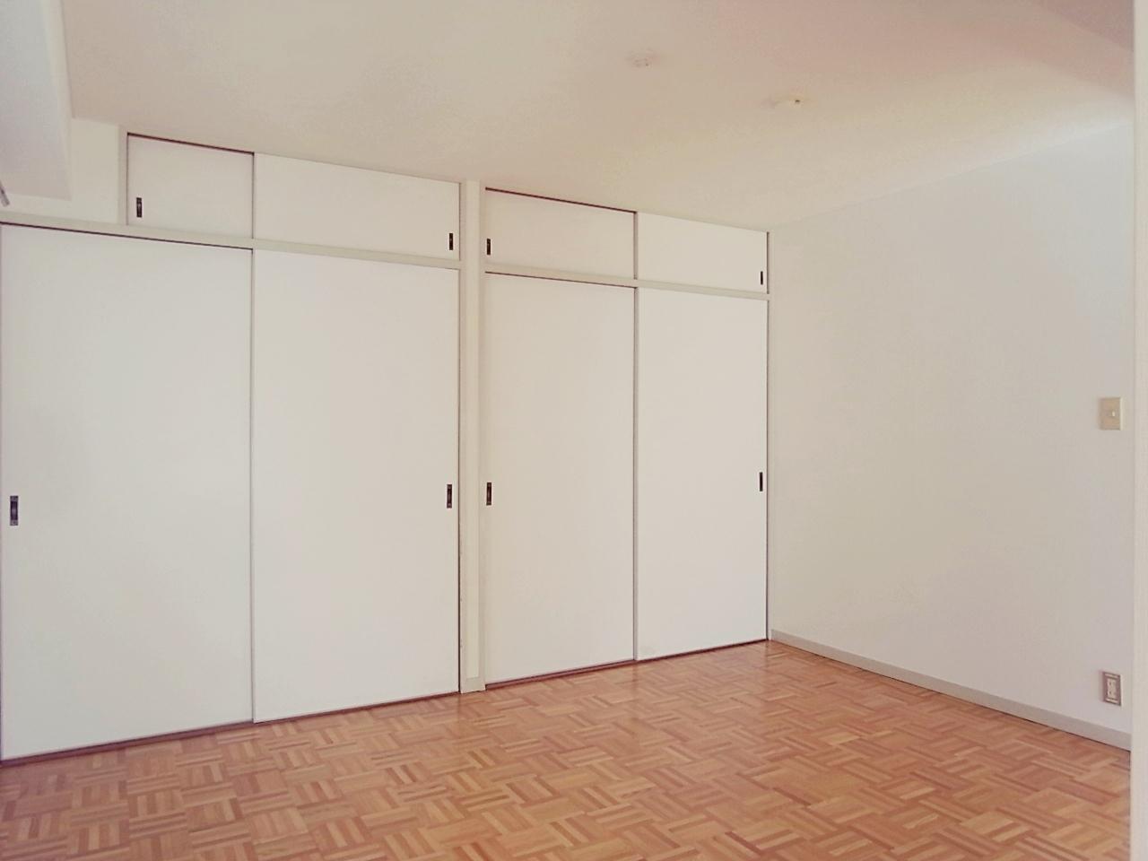 奥の洋室6畳。押入を改装した収納は容量十分。