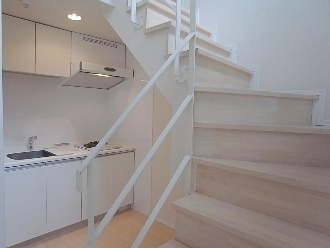 階段脇のキッチン。階段下はパントリー使いできそう。
