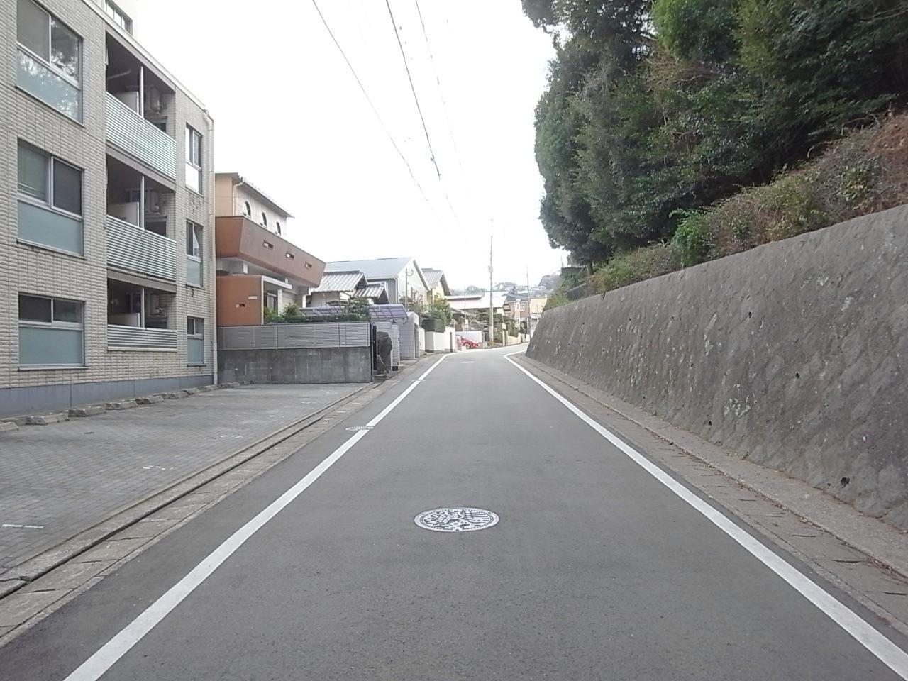 左手前が当物件。道路の勾配も緩やかです。