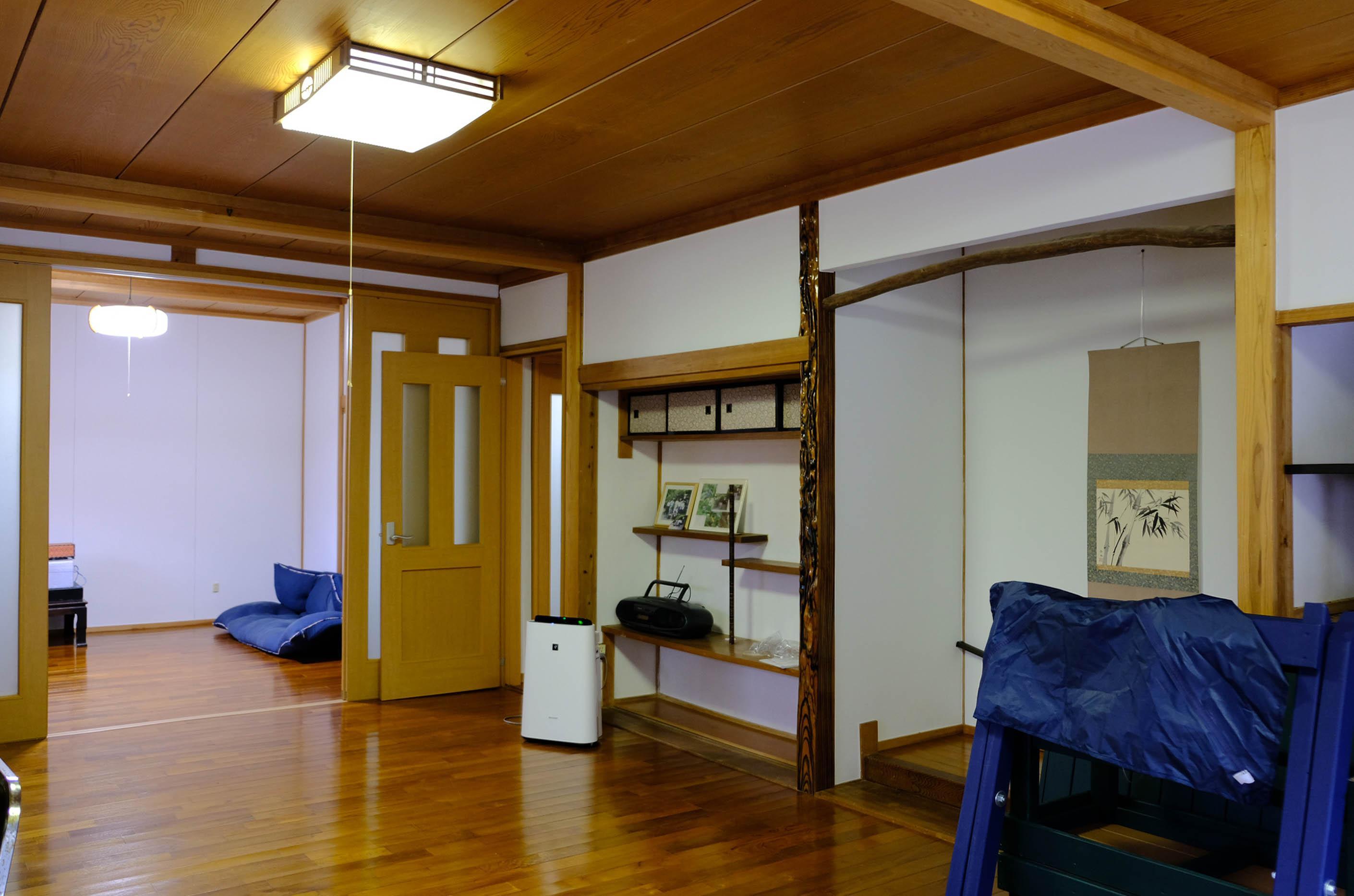大広間の奥にもうひとつ洋室。改修済みなので見てのとおり築年数は感じさせない室内です。