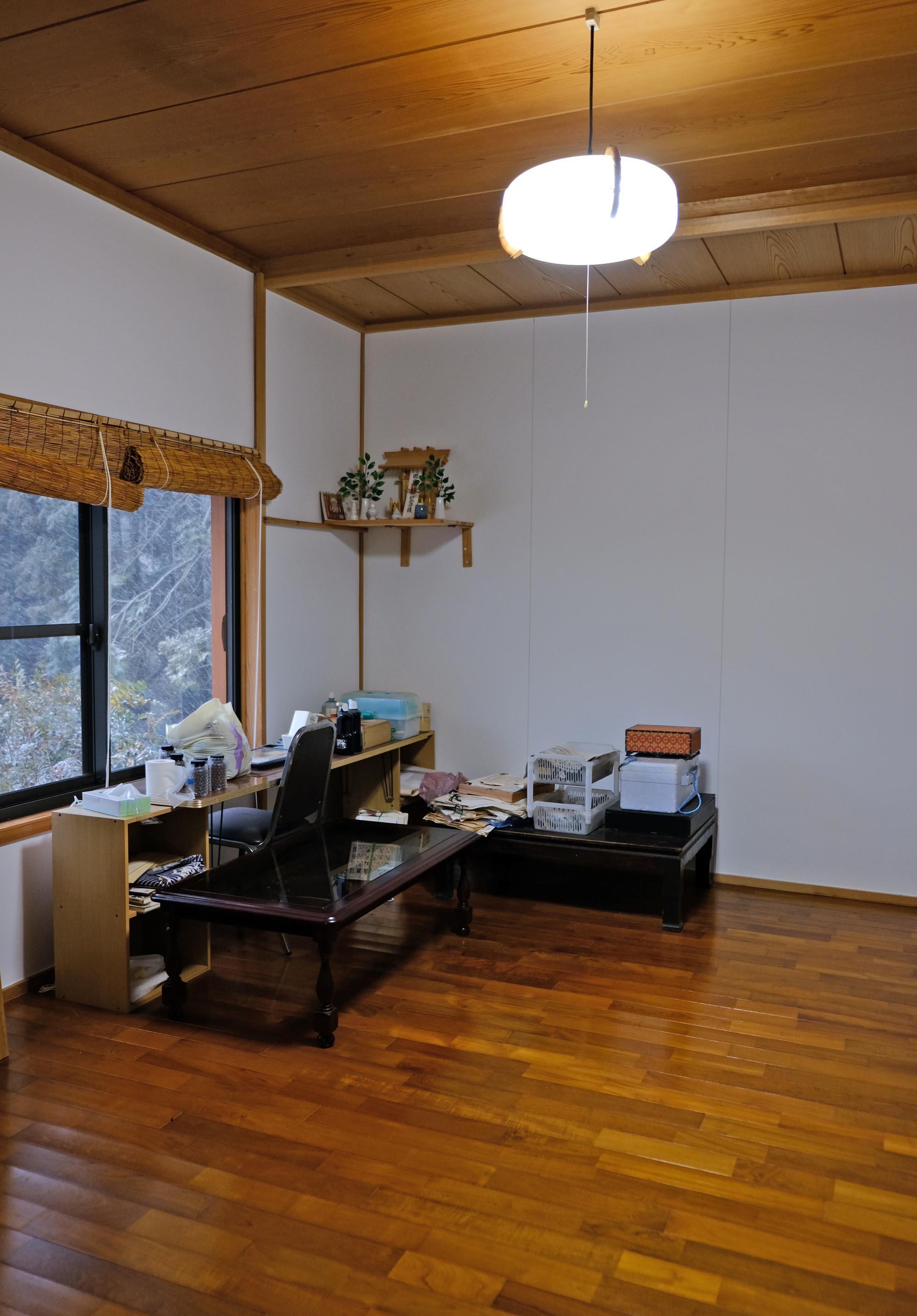 窓辺に緑を伺う書斎。