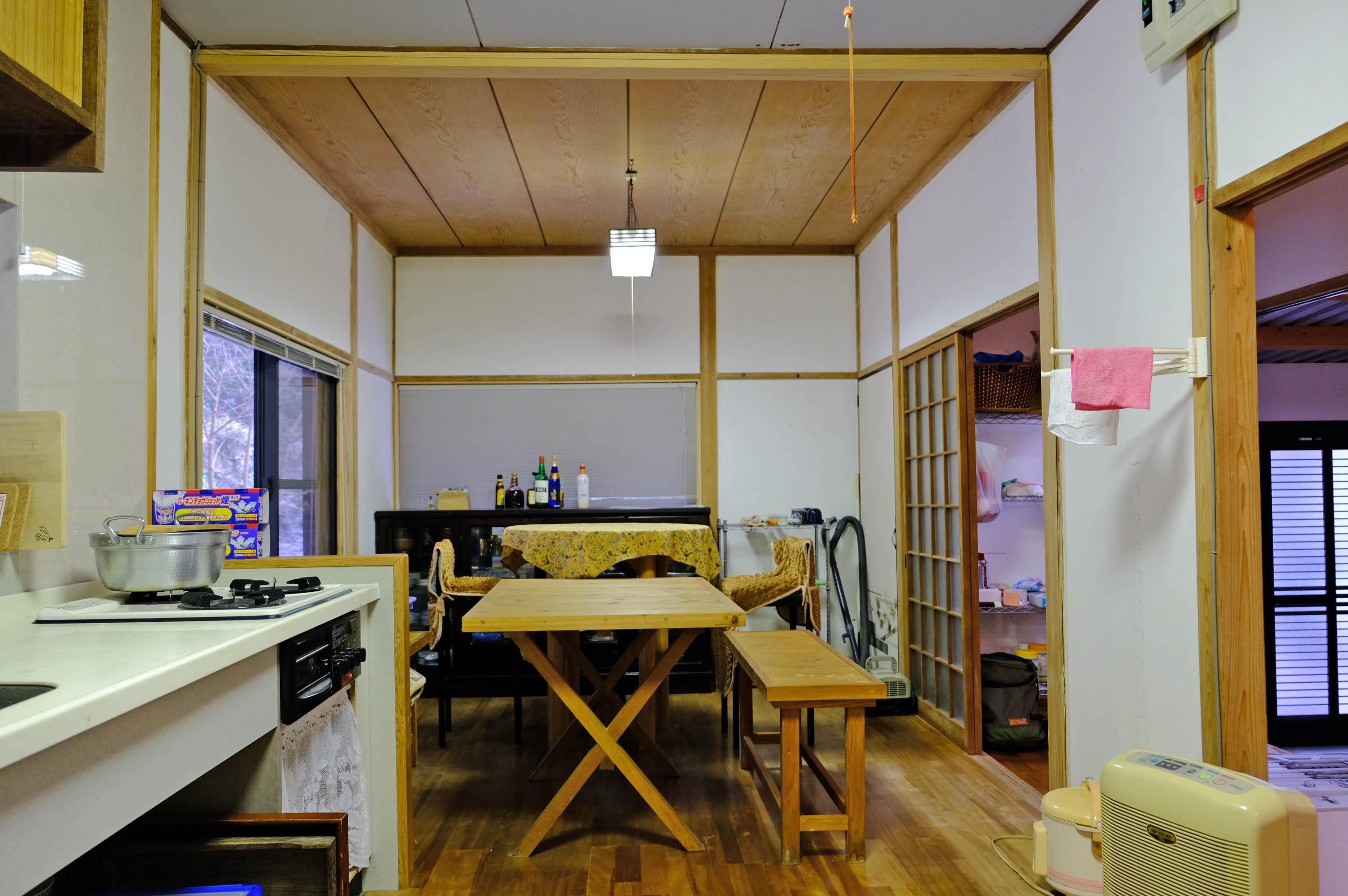 ダイニングキッチン、お隣は玄関土間と繋がります。