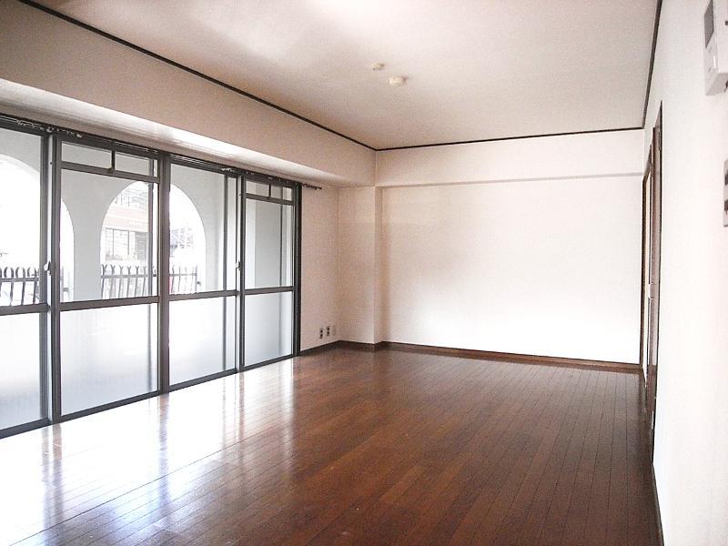 和室横の洋室。照明無しでもかなり陽が入ってきます