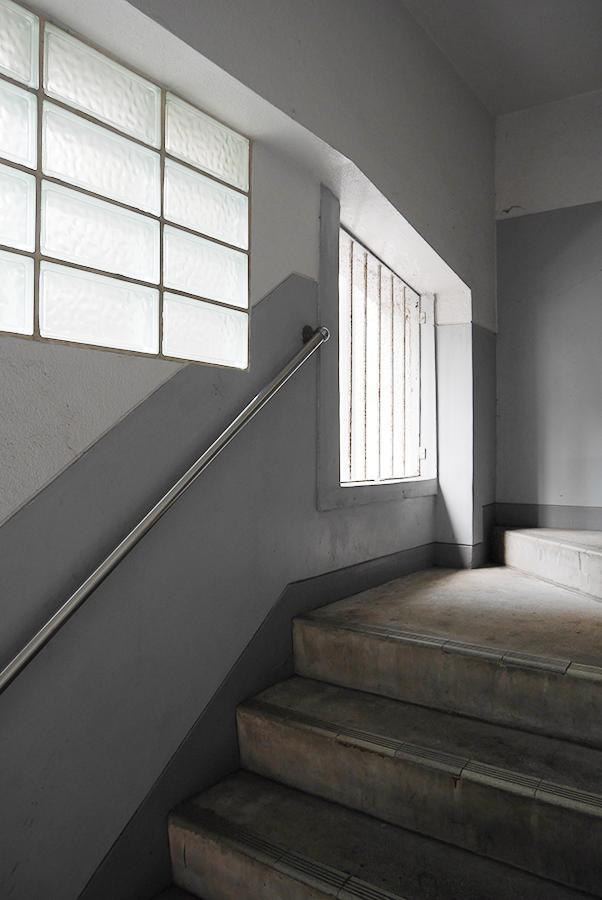共用部階段。鉄柵と磨りガラスが良い雰囲気。