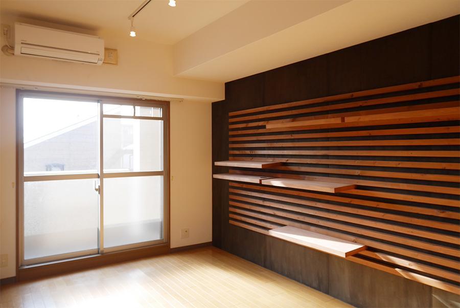 専用部。ライティングレールと木造の棚が設置済み。