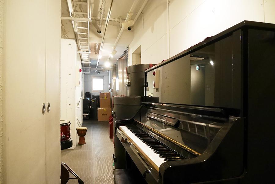 共用部には、いろんな楽器が並んでいます。