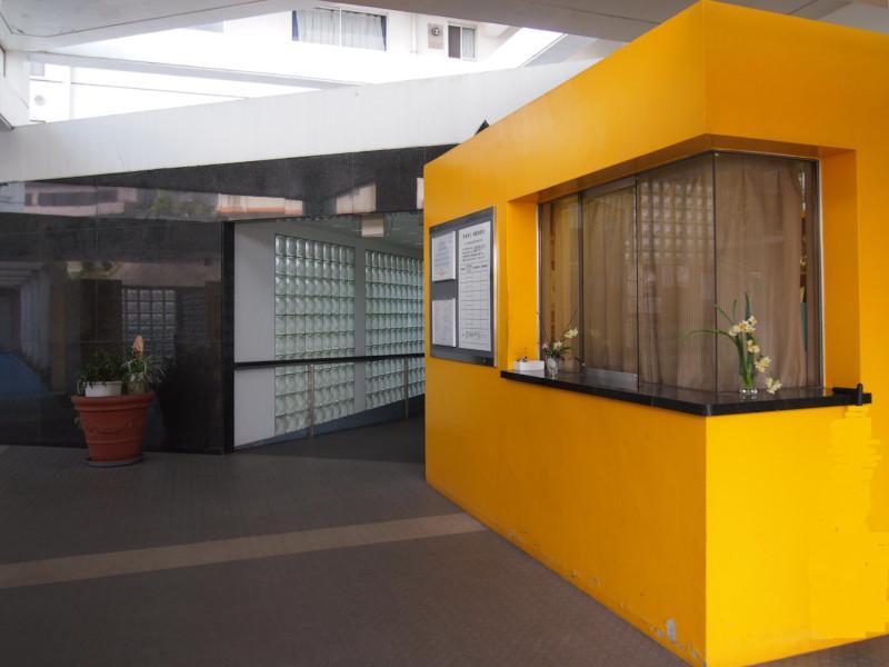 右の黄色い部屋は管理人室です。ここにも独特のセンスが光る。