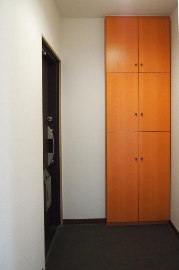 玄関はスッキリ。備え付けの収納も何となくイイですね。