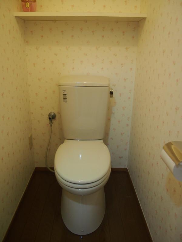 ノーマルなトイレ。クロスの柄は気になるかも。