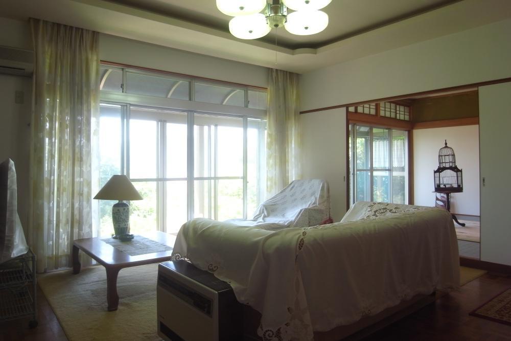 リビングと奥の洋間。その右手にも洋間があり、寝室に使われていました。