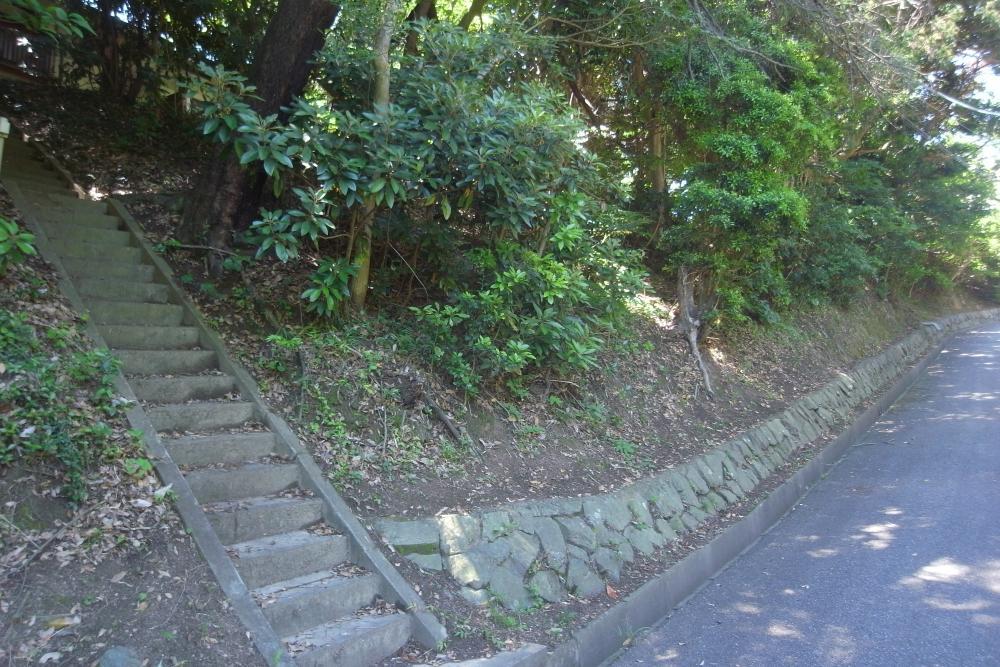 石段を上がって玄関へ。