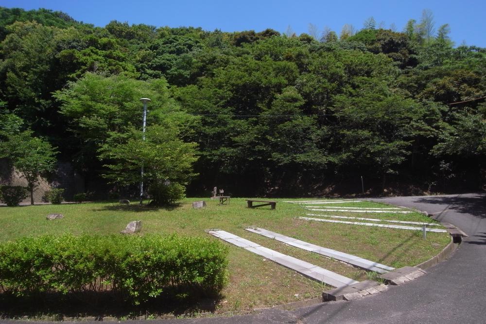 駐車場は居住者の共有スペース。物件からすぐのところにあります。