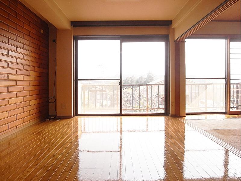 2階のリビング。室内は全体的に状態良し
