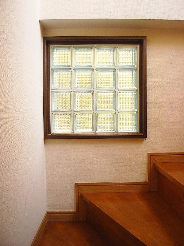 階段のとこの小窓。これ好きだな〜