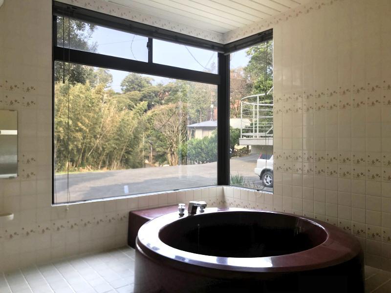 ユニークな円形の浴槽からは緑ビュー
