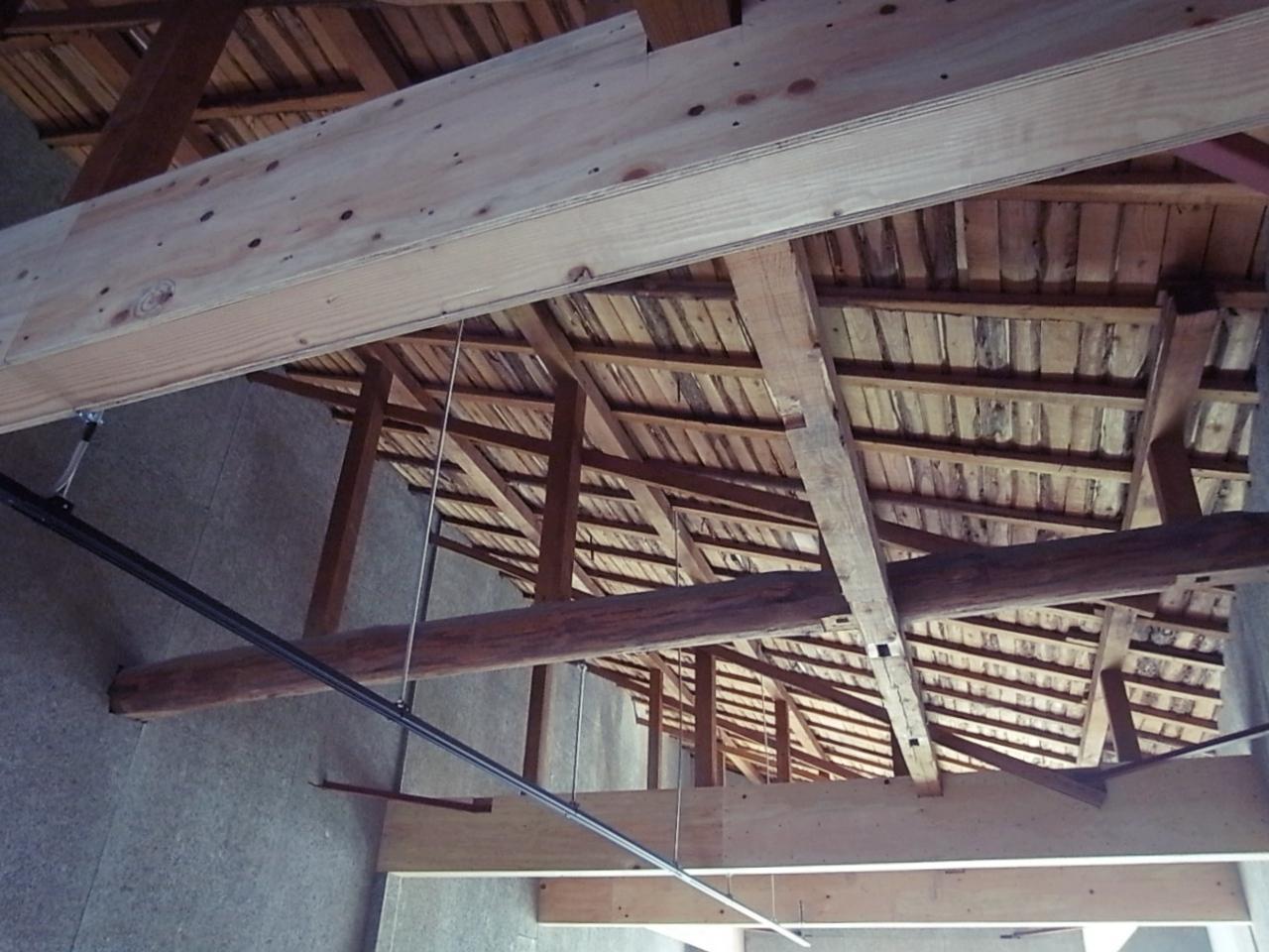 以前の名残を残した梁と天井。弱くなってた梁は補強済。