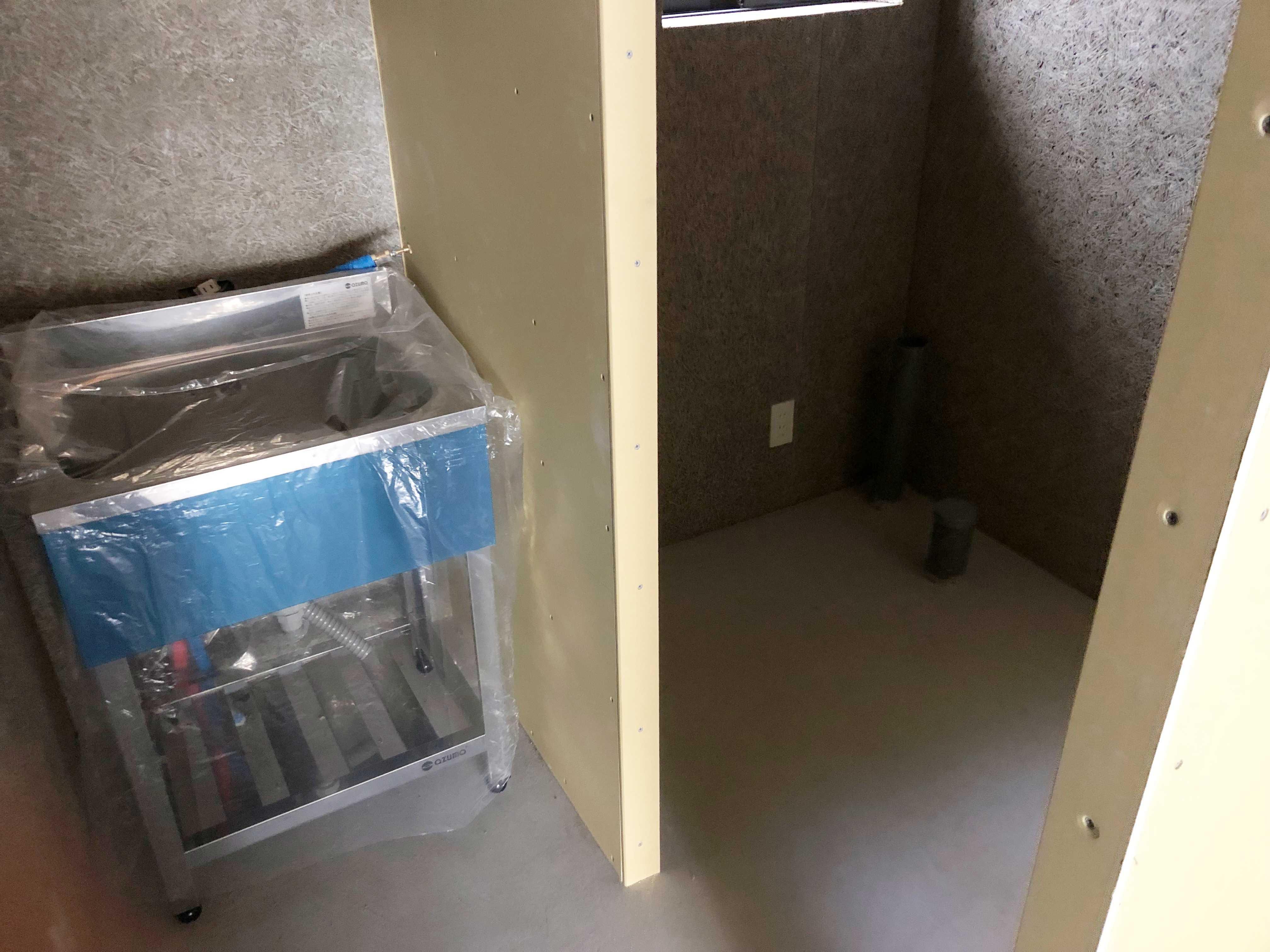 左側の流し台と、右のスペースにはWC設置予定。