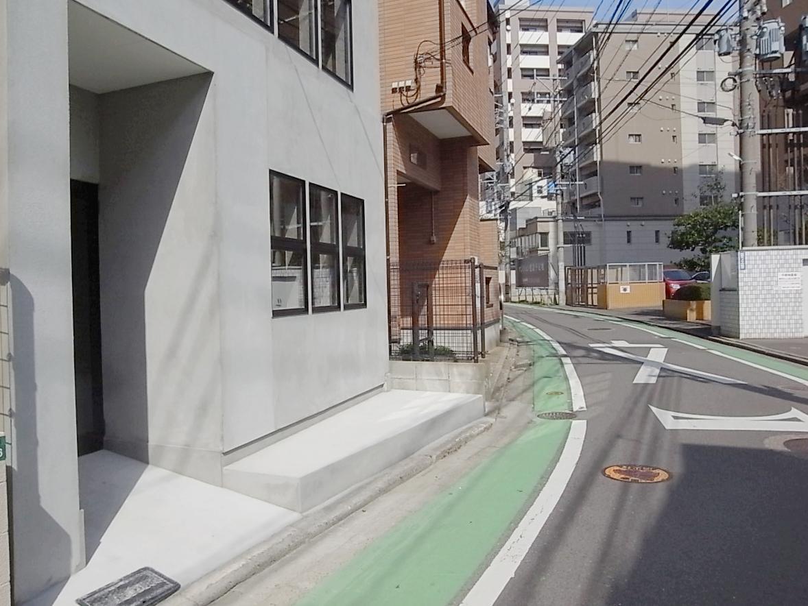 前面道路は一方通行。でも人や車の往来が結構あります。