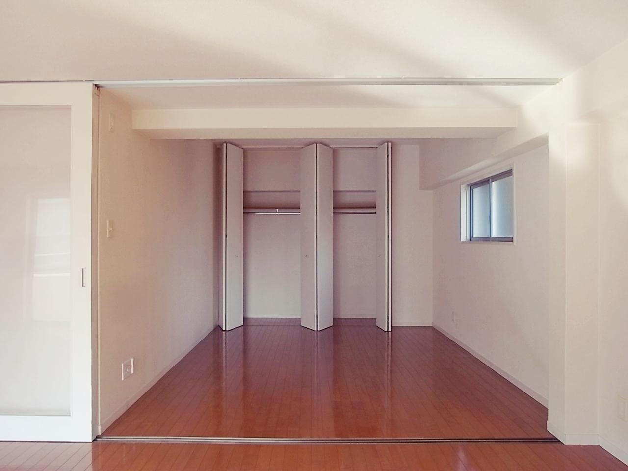 寝室になる洋室。間仕切りも収納もハイドアですっり。