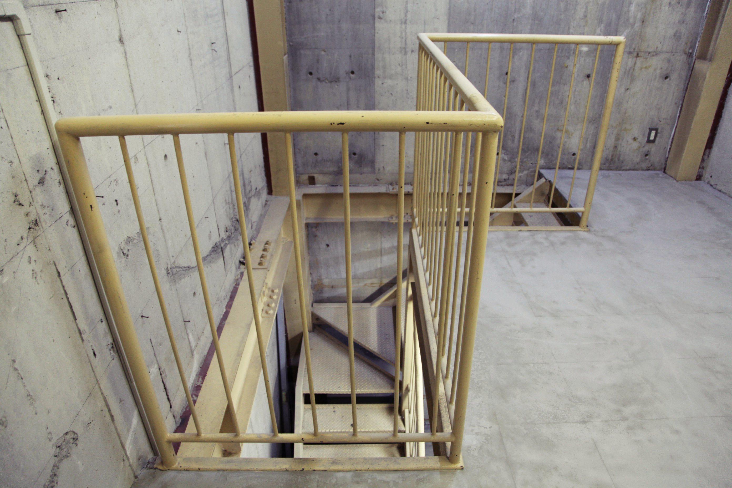 強固な空間を上下で結ぶ階段。ただの階段。