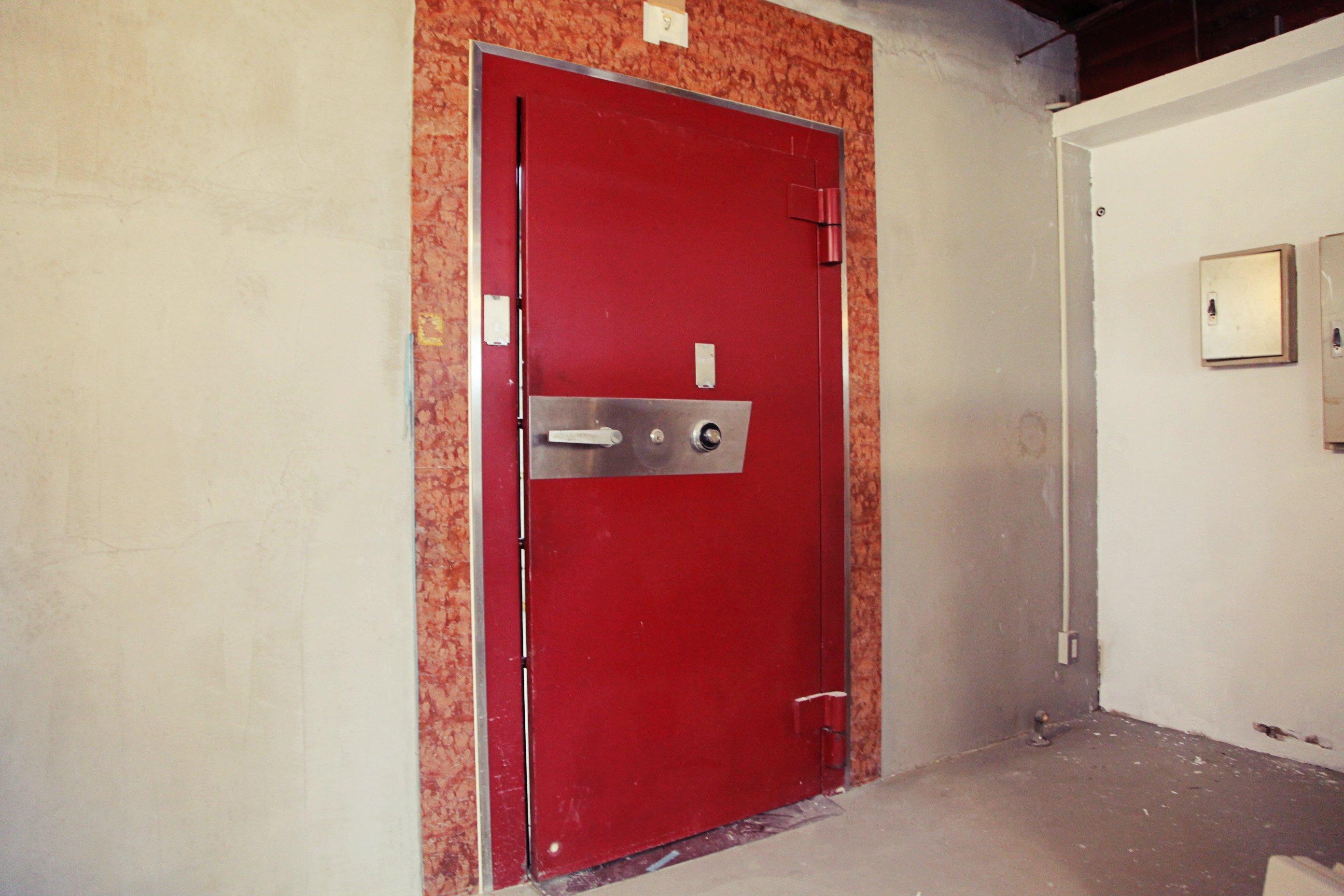 元金庫の名に相応しい重厚かつ筋トレな扉。